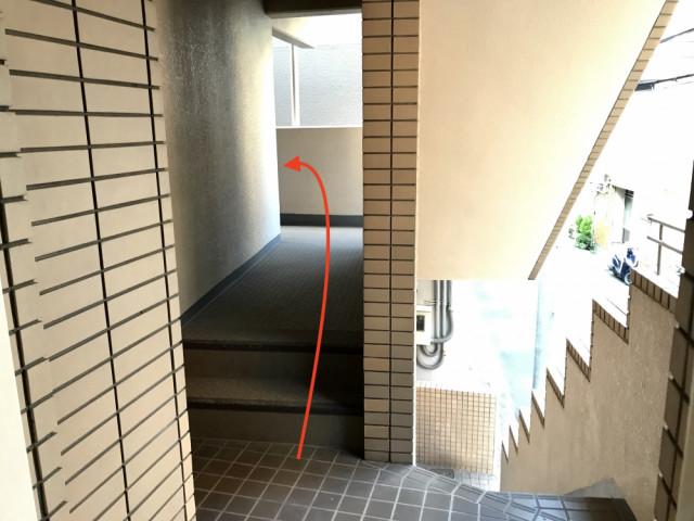 エレベーター降りて左へ
